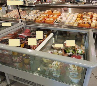 Een sfeerbeeld van een actiekoelvitrine in een supermarkt waarin een klimaatcontrole apparaatje hangt die de temperatuur meet.